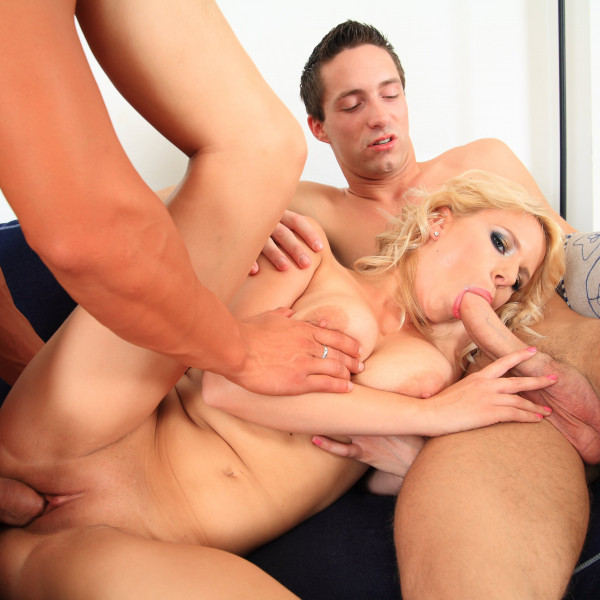 Her first threesome - Photo 14 / 16