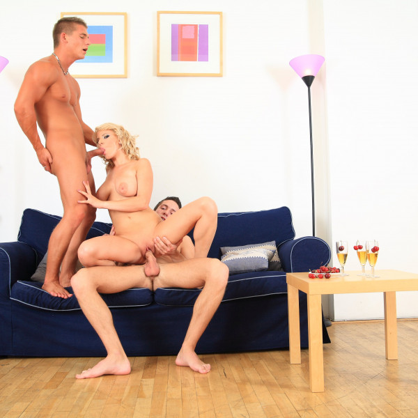 Her first threesome - Photo 9 / 16
